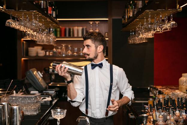 Look aisément reconnaissable et créativité incessante: Yolan Pinard a fait du 18 un point de rencontre incontournable pour les amateurs de bons cocktails… (Photo: Romain Gamba/Maison Moderne)
