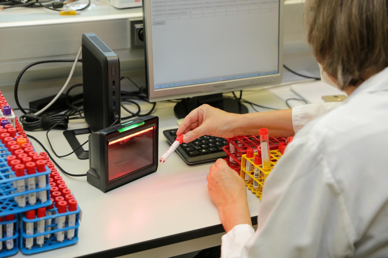 Corinne est chargée de scanner tous les échantillons pour savoir ensuite, à n'importe quel moment, à quel endroit ils se trouvent. (Photo: Romain Gamba/Maison Moderne)