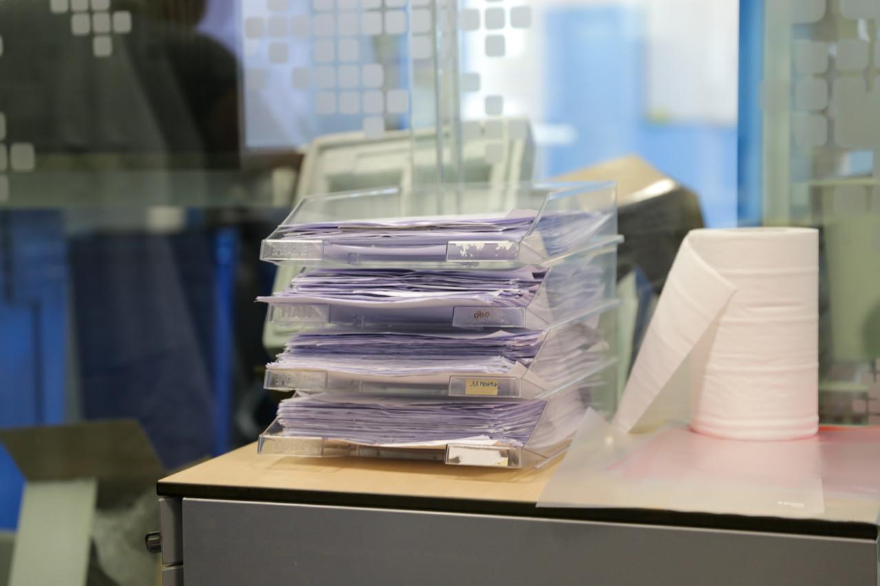 Des piles d'ordonnances attendent au secrétariat. (Photo: Romain Gamba/Maison Moderne)