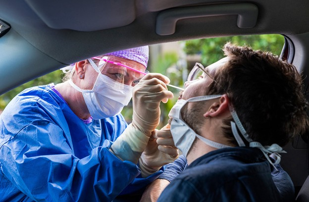 La contagiosité au Covid-19 d'une personne infectée n'existe plus après 10 jours, sous réserve de la disparition des symptômes à ce moment, selon la Direction de la santé. Le test peut par contre rester positif pendant plus longtemps. (Photo: Shutterstock)