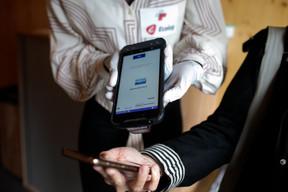 Tout commence avec la vérification de la confirmation du test de dépistage, générée par un QR code. ((Photo: Matic Zorman / Maison Moderne))