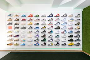 Un rayon composé de Nike Dunk, Air Jordan 4, Yeezy et autres. ((Photo: Romain Gamba / Maison Moderne))