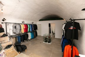 Le sous-sol de The Source cache des vêtements vintage sélectionnés par ses copropriétaires. ((Photo: Romain Gamba / Maison Moderne))