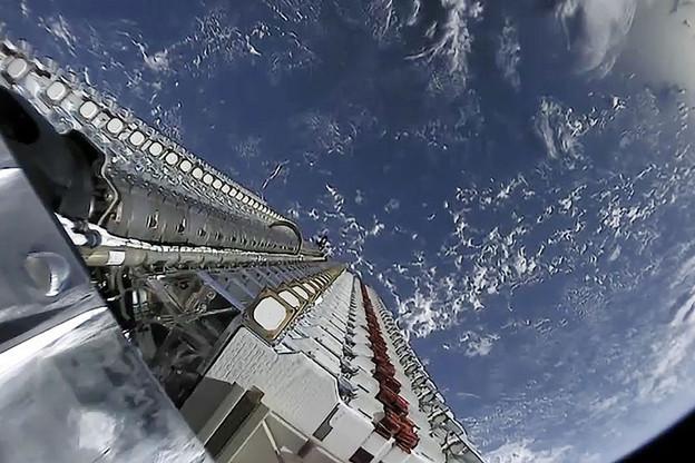 Une grappe des satellites de Starlink. La constellation d'Elon Musk est lancée à coup de 60satellites à chaque fois et son autorisation à descendre à 500kilomètres énerve ses concurrents. Un choix totalement différent de celui de SES. (Photo: Starlink)