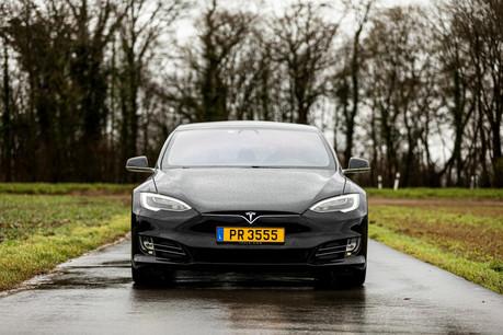La Model S, sa grande berline, restylée en 2016, affiche une jolie silhouette et des lignes épurées. (Photo: Patricia Pitsch / Maison Moderne)
