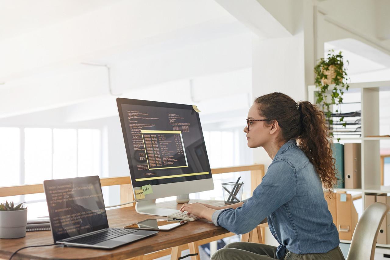 Malgré les efforts de sensibilisation, la situation des femmes dans la formation aux nouvelles technologies évolue lentement. (Photo: Shutterstock)