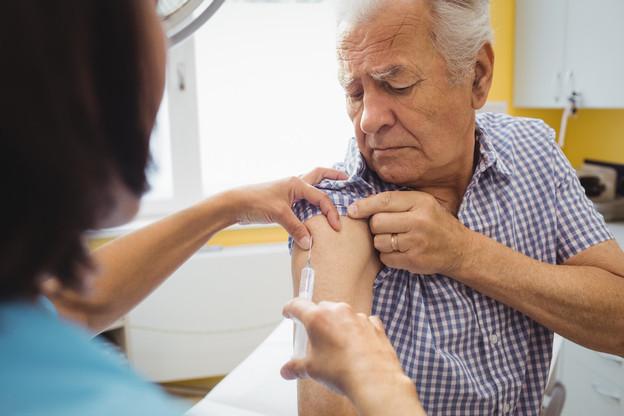 Le CMG appelle les personnes de plus de 65 ans et celles porteuses d'une maladie chronique à se faire vacciner contre la grippe et les pneumonies à pneumocoque «tant qu'il reste des vaccins». (Photo: Shutterstock)