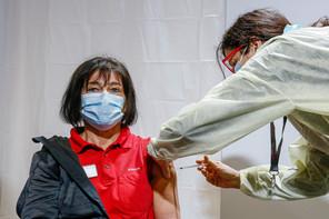 La vaccination en interne a démarré mardi 12 janvier dans les hôpitaux. La plupart des créneaux sont déjà réservés dans plusieurs établissements. Mais par endroits, une part non négligeable d'employés ne s'est pas encore inscrite, ou a affirmé qu'elle préférait éviter de se faire vacciner. (Photo: SIP / Julien Warnand)