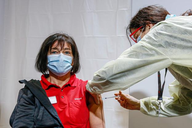 La vaccination en interne a démarré le mardi 12 janvier dans les hôpitaux. La plupart des créneaux sont déjà réservés dans plusieurs établissements. Mais par endroits, une part non négligeable d'employés ne s'est pas encore inscrite, ou a affirmé qu'elle préférait éviter de se faire vacciner. (Photo: SIP/Julien Warnand)