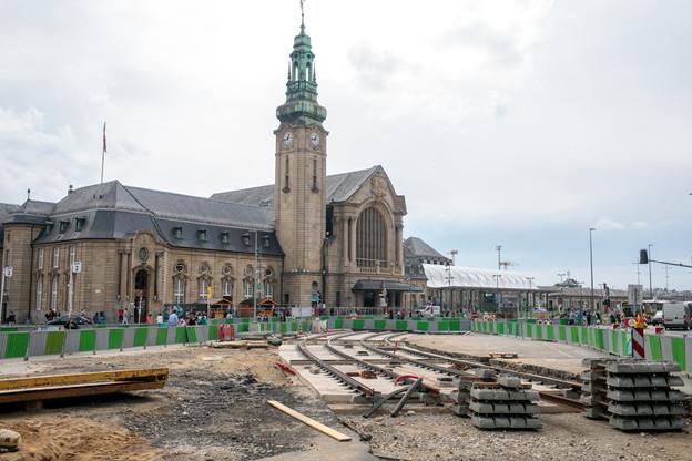 La pose des premiers rails du tram a commencé devant la gare centrale. Le tram devrait être mis en service avant la fin de l'année2020, si les objectifs sont tenus. (Photo: Matic Zorman / Maison Moderne)