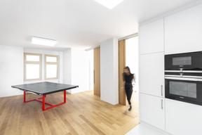 Dans l'espace repas, une table de ping-pong sert aussi de table à manger. ((Photo:Laurent Antonelli))