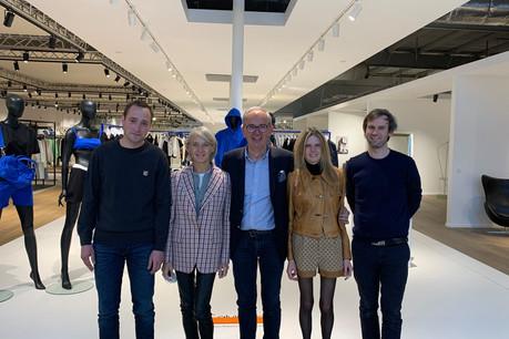 Carine et ThierrySmets (au centre) transmettent cette année leur entreprise à la deuxième génération, composée de leur fils Bertrand (à droite), leur fille Pascaline et du CFO en poste depuis un peu plus d'un an, LaurentBeaudoint (à gauche). (Photo: Maison Moderne)