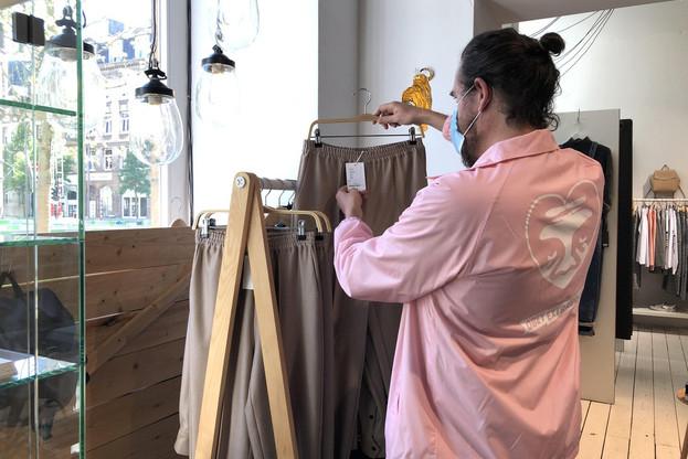 AntoineWeber a déjà installé la collection printemps dans son magasin. Il ne manque plus que la plaque en plexiglas et les gels hydroalcooliques pour la réouverture lundi. (Photo: Paperjam)