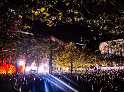 Plusieurs milliers de festivaliers sont allés électriser le premier festival LOA. (Photo: Colorful Penguin)
