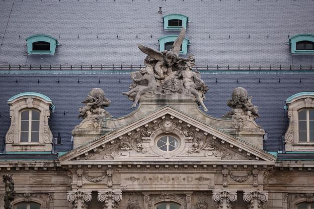 La sculpture au-dessus de l'entrée voit Victoria couronner Mercure, le dieu du gain financier et du commerce. (Photo: Maison Moderne/archives)