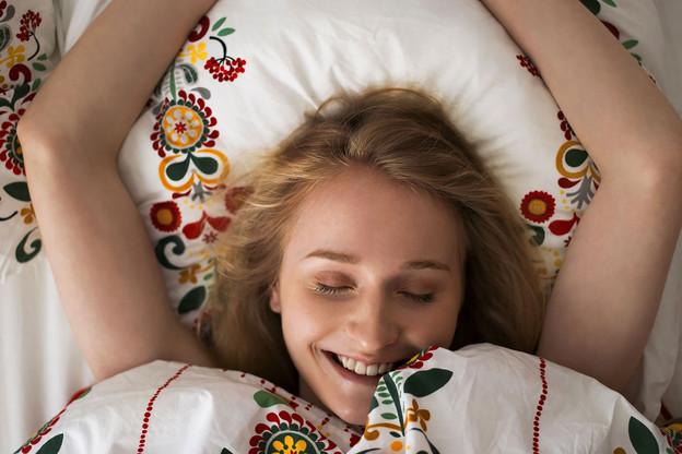 Un repas léger facilite un endormissement plus rapide et un sommeil plus réparateur. (Photo: Milles Studio/ Stocksy)