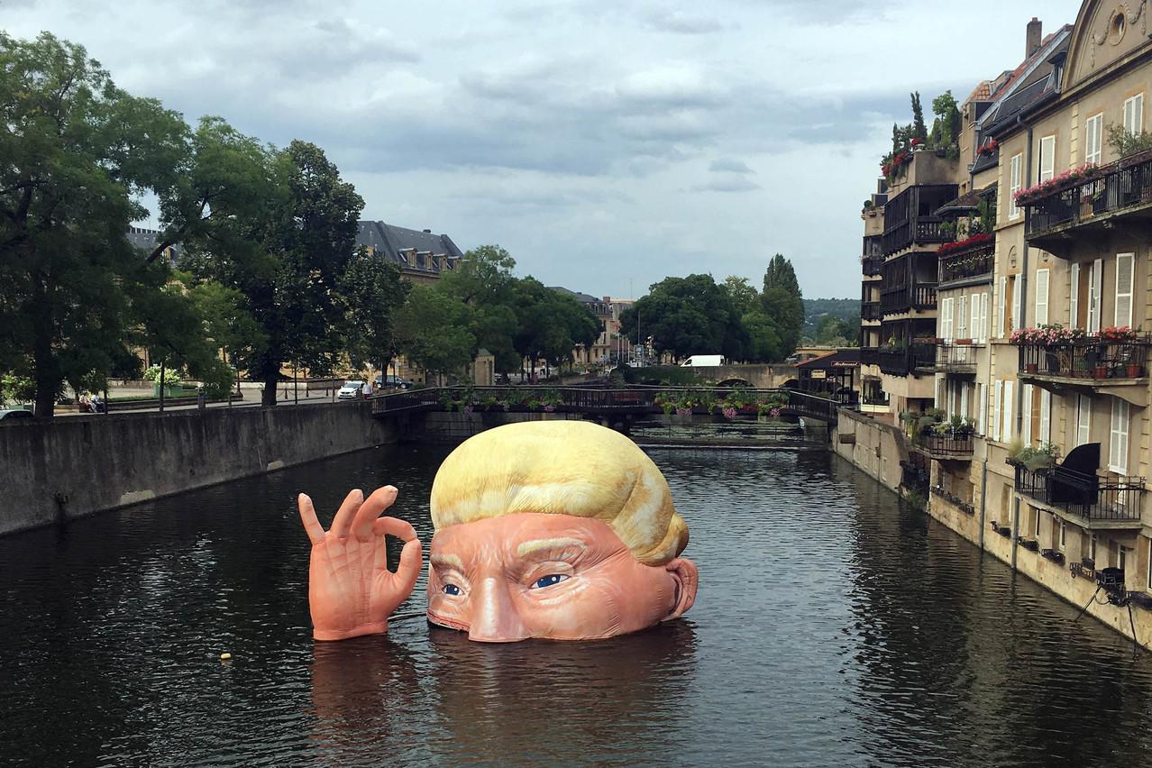 «Everything is fine», l'œuvre de l'artiste Jacques Rival représentant Donald Trump immergé dans la Moselle, est l'une des attractions phares de cette troisième édition du festival Constellations à Metz. (Photo: Paperjam)