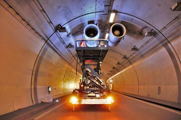 L'opération de maintenance «préventive et curative» des équipements de sécurité inclut aussi le contrôle du fonctionnement et de l'interaction des différents équipements ainsi que le nettoyage des parois des tunnels. (Photo: Administration des ponts et chaussées)