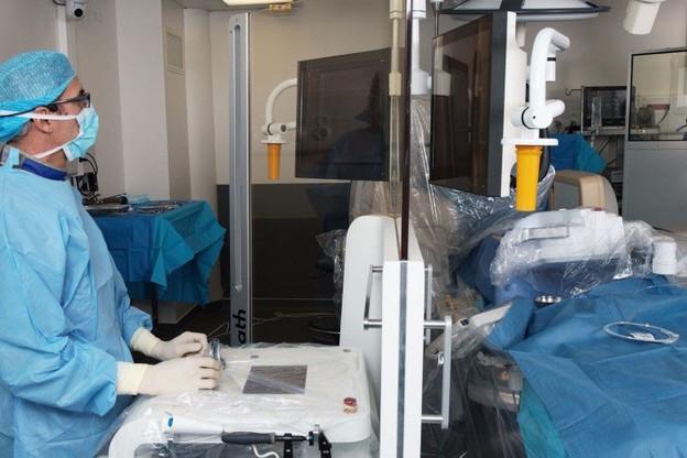 Toutes les 30secondes dans le monde, une opération permet de revasculariser le muscle cardiaque grâce à l'introduction d'implants dans les artères qui l'irriguent. R-One, le premier robot de Robocath, améliore les conditions de travail des chirurgiens. (Photo: Robocath)
