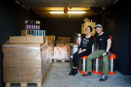 Alison Adams et Tom Hickey misent à présent de plus en plus sur la tendance cannettes pour promouvoir leur bière Twisted Cat. (Photo: Matic Zorman/Maison Moderne)