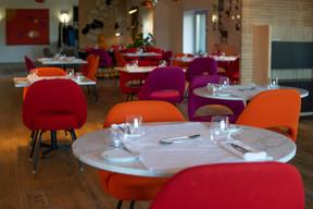 La salle de réception du Two6Two combine habilement espace, lumière, couleurs vives et design contemporain. (Maison Moderne)