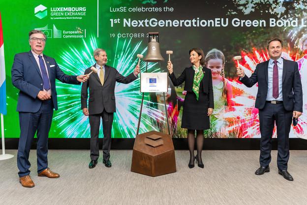 L'entrée en bourse du fonds européen durable NextgenerationEU a été célébrée au cours d'une cérémonie «Ring the bell», au Luxembourg Stock Exchange, par JohannesHahn, JulieBecker et XavierBettel. (Photo: Luxembourg Stock Exchange)