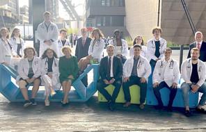 Les ministres Lenert et Meisch en compagnie du recteur Pallage, du professeur Massard et des étudiants en 2 e année de Bachelor en médecine.  (Photo: Maison Moderne)