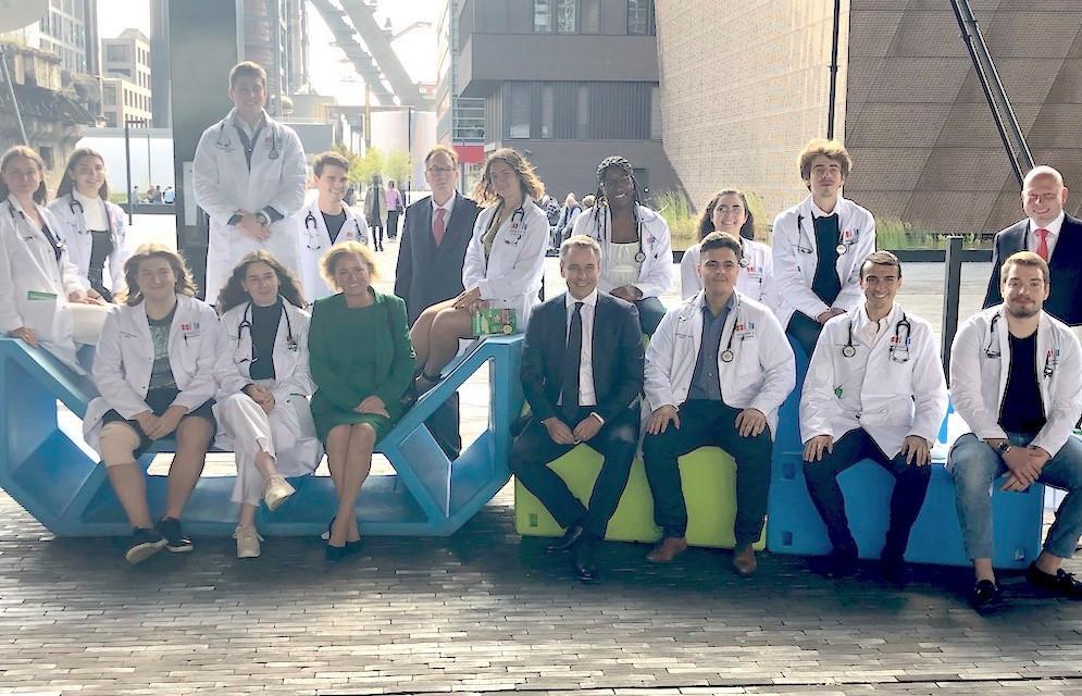 Les ministres Lenert et Meisch en compagnie du recteur Pallage, du professeur Massard et des étudiants en deuxième année de bachelor en médecine.  (Photo: Maison Moderne)
