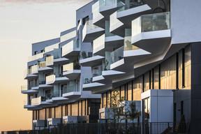 Les lignes brisées des balcons, côté jardin, confèrent une identité remarquable à l'immeuble. ((Photo: Sergio Grazia))