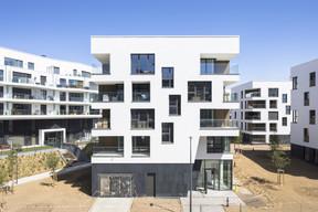 Depuis le boulevard, l'immeuble présente une façade rigoureuse marquée par un socle qui absorbe le dénivelé.  ((Photo: Sergio Grazia))