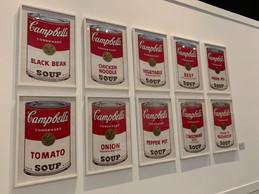 Andy Warhol se nourrit du rêve américain à travers ses peintures de produits de consommation, comme les célèbres boîtes de soupe Campbell's. ((Photo: Maison Moderne))
