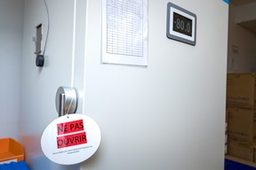 Les flacons de vaccin sont stockés dans un congélateur à -80°C. ((Photo: Nader Ghavami/Maison Moderne))