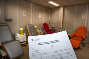À la fin, le patient reçoit un certificat de vaccination. ((Photo: Nader Ghavami/Maison Moderne))