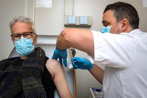 La vaccination prend moins d'une minute, mais il faut ensuite rester un quart d'heure en observation. ((Photo: Nader Ghavami/Maison Moderne))