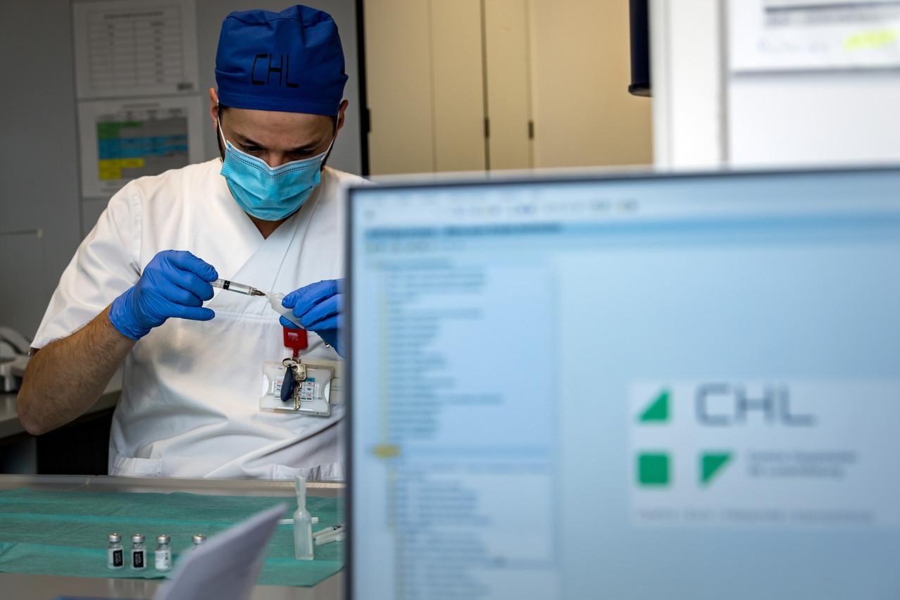 De la préparation à l'injection, dans les coulisses de la vaccination Covid au CHL. (Photo: Nader Ghavami/Maison Moderne)
