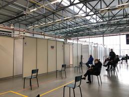 Avant d'entrer dans les boxes de vaccination, les patients attendent dans la première partie de la salle. ((Photo: Paperjam))
