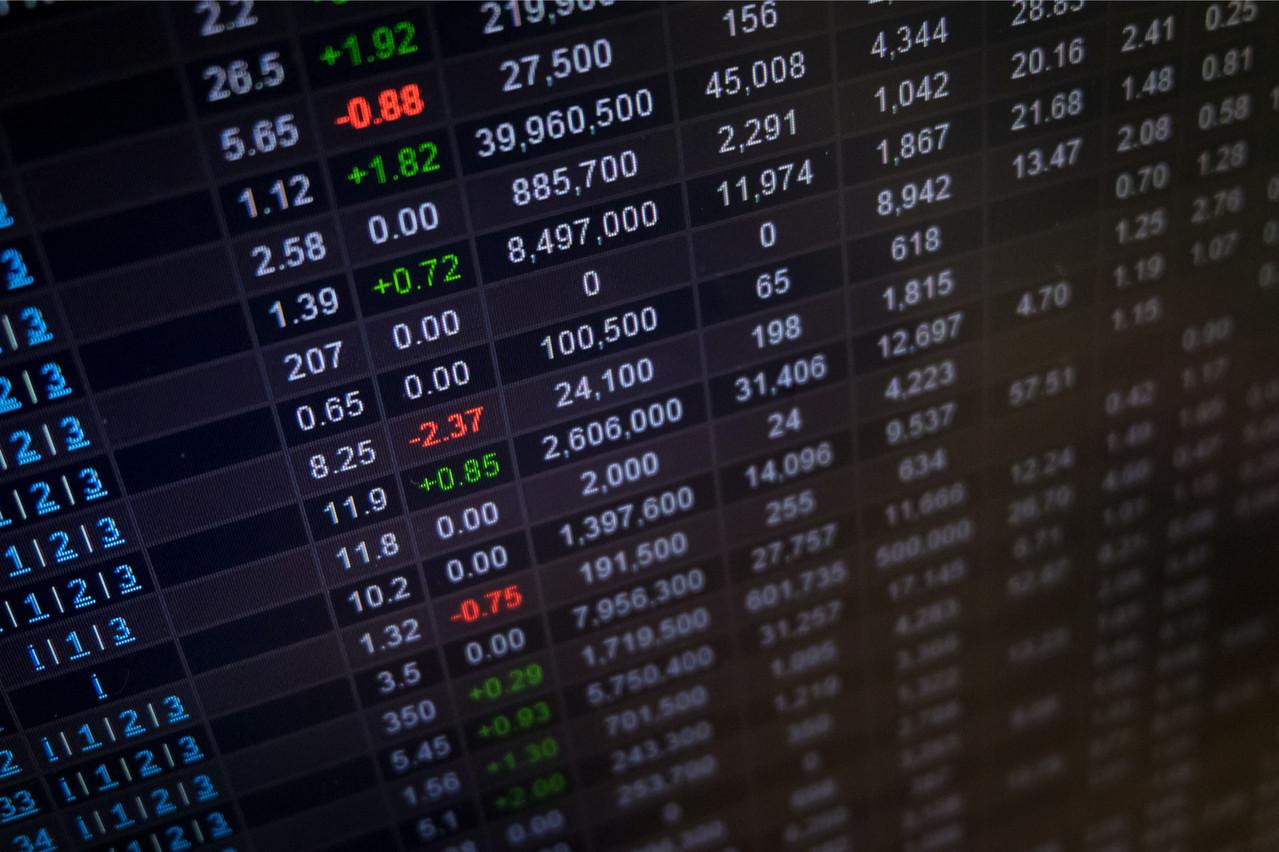 Les places boursières souffrent depuis quelques jours face à la résurgence de l'épidémie, qui fait craindre un affaiblissement de la dynamique de croissance. Le CAC 40 a, par exemple, en quelques jours, abandonné plus de 5% par rapport à son point haut du 17juin dernier à 6.666points, pour revenir à son niveau d'il y a deux mois. (Photo: Shutterstock)