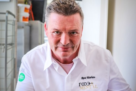 Lorsqu'il cuisine, René Mathieu puise son inspiration dans l'enfant amoureux de la nature qu'il a été... (Photo: Mickael Williquet / Horeca Media )