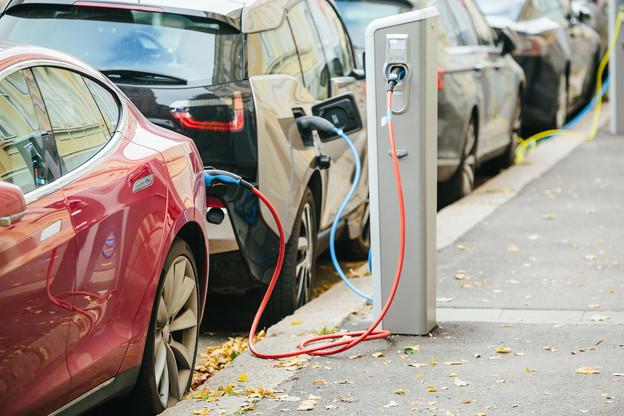 L'application Climobil, développée par le List, permet de comparer les émissions de gaz à effet de serre de véhicules thermiques et électriques. (Photo: Shutterstock)