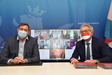 Yves Maas, pour l'ABBL, et le ministre des Finances Pierre Gramegna ont signé la convention entre le Trésor public et sept banques le 21 avril dernier. (Photo: Twitter/Ministère des Finances)