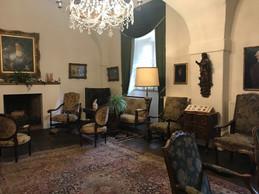 Un des salons du château encore meublé tel que l'a laissé la dernière propriétaire. ((Photo: Paperjam))