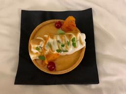 La tartelette à l'orange sanguine, avec sa meringue italienne, clôt le menu. ((Photo: Maison Moderne))