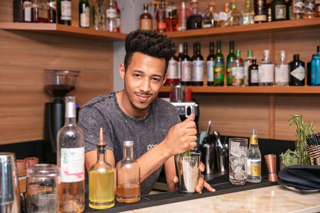 Chez Amore, Leo est un des deux spécialistes en matière de cocktails, un des atouts de l'endroit avec sa carte exhaustive de vins naturels. (Photo: Romain Gamba/Maison Moderne)