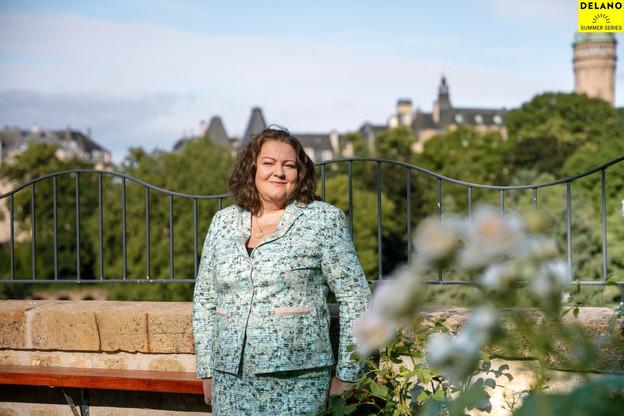 Fleur Thomas, ambassadrice britannique au Luxembourg, dans le jardin de la résidence britannique. (Photo: Romain Gamba/Maison Moderne)