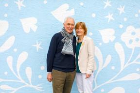 Mathis Bastian et son épouse, Anne-Marie, prennent discrètement la pose devant la fresque de Lisa Junius, récemment réalisée sur la terrasse arrière du domaine… (Matic Zorman/Maison Moderne)