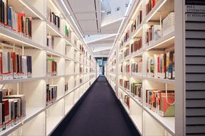 Des centaines de mètres de bibliothèques accueillent les ouvrages de la BNL. ((Photo: Edouard Olszewski))