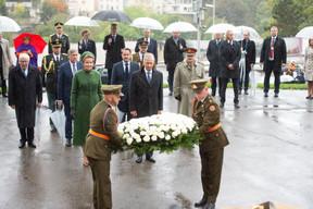 François Bausch (vice-Premier ministre), S.M. la Reine des Belges, Xavier Bettel (Premier ministre), S.M. le Roi des Belges et Alain Duschène (chef d'état-major de l'armée) ((Photo: Anthony Dehez))