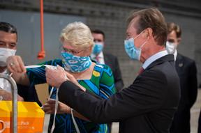 Hjoerdis Stahl (directeur général adjoint de Post Luxembourg) et S.A.R. le Grand-Duc. ((Photo: Post Luxembourg))