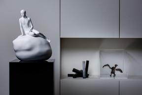Que ce soit dans le salon, la cage d'escalier ou la chambre, l'art est partout. ((Photo: Nader Ghavami/Maison Moderne))