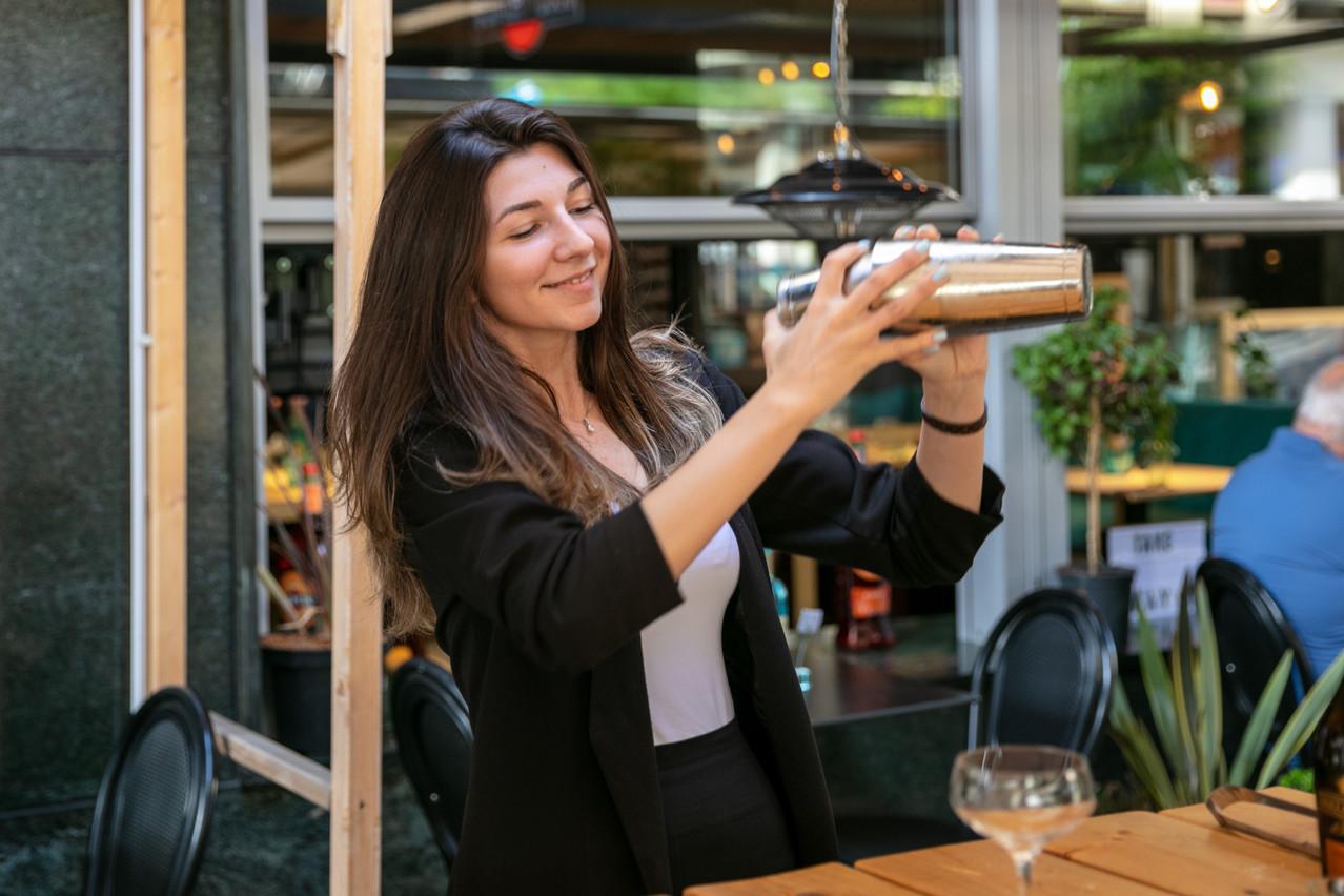 Si elle consacre une grande partie de ses semaines à des missions de management, LauraHanin prend toujours un grand plaisir à passer derrière le bar pour «shaker» de bons cocktails, notamment au Partigiano, rue de Strasbourg. (Photo: Romain Gamba/Maison Moderne)